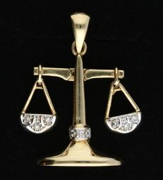 14 kt - Yellow gold pendant in the shape of a weighing scales set with 7 single cut diamonds of approx. 0.035 ct in total, in a white gold setting - Length x width: 2.9 x 1.7 cm