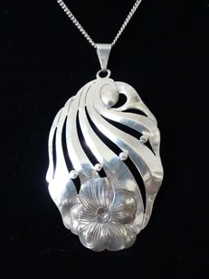 Arie Mesker & Zoon - Large zilver pendant with flower - 835/1000