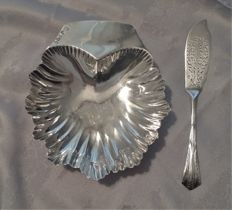 Solid silver shell butter/caviar dish and knife spreader - London 1888/Sheffield 1910