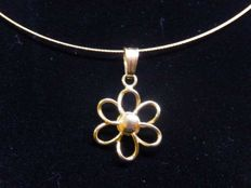 Wire necklace with 18 kt gold flower pendant