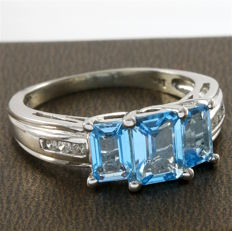 14 kt White Gold 5.25 ct Blue Topaz, 0.06 ct Diamond Ring, Size: 7 - *no reserve*