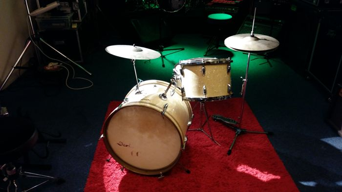 Deri Vintage drum kit complete with hardware and cymbals