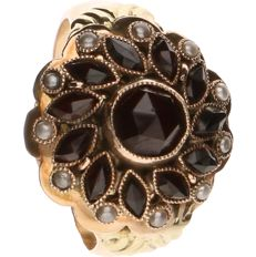 14 k Yellow gold ring set with Garnet and Seed pearls- Ring size: 18.5 mm