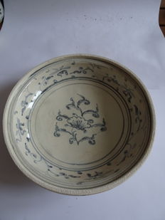 A Chinese blue and white porcelain dish with rich flower decoration - 230 X 62