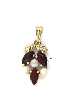 Garnet pendant with 3 navette faceted Bohemian garnets and 3 cultured pearls made of 8 kt/333 yellow gold