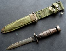 US army - bayonet combat knife in sheath marked US M8A1 - WW2