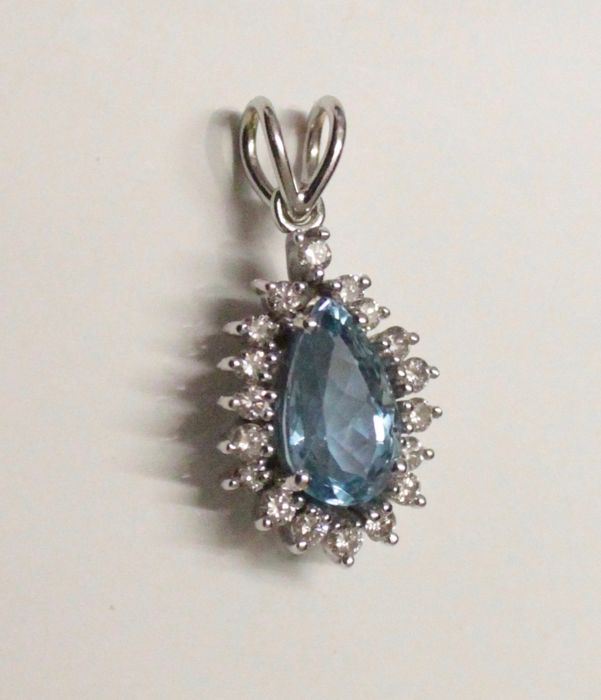 18 kt white gold pendant inlaid with aquamarine and diamond, 20 x 30 mm