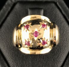 Large Art Deco ring in 18 kt yellow gold with a starred dome set with luminous rubies