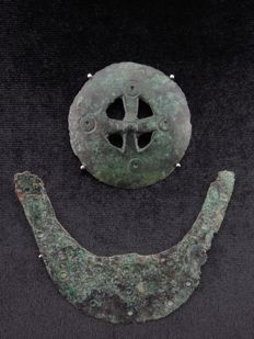 Bronze age bronze decorated mount pieces (2 x) - 75 and 45 mm