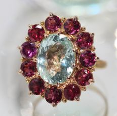 18 kt gold entourage ring set with aquamarine and rhodolite garnet, size 55