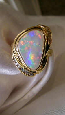 Opal brilliant ring 750 gold 2.04 ct excellent colours