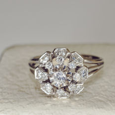Ring in 18 kt white gold: 5 g with 17 diamonds Size 62 or 10 US