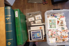 World - Batch of stamps (over 25,000 pieces) in three albums, separately on cards, and separate in box with a lot of blocks and sheet parts