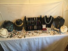 170 pieces of jewellery and collectables