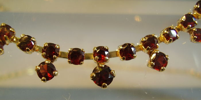 Antique gold necklace with facetted blood-red Bohemian garnets of 6 ct in total.