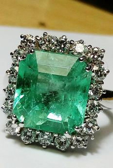 Cocktail ring in 18 kt white gold with extraordinary certified Colombian emerald weighing 6.61 ct, and 1.10 ct of diamonds, VVS, high-quality