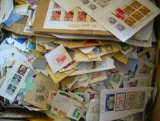 World - Approx. 9 kg of stamps on paper, in box