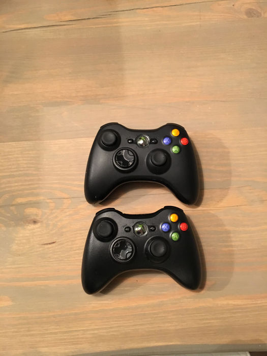 XBOX 360 S Model 1439 with 2 (wireless) controllers and several games - Catawiki