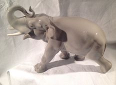 Great elephant figure in Lomonosov porcelain