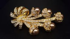 NOLAN MILLER signed 18kt gold plated Brooch with Austrian Crystals and faux pearl