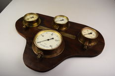 Decorative Panel with four vintage pressure gauges - England - Middle 20th century