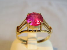 14 kt gold ring with faceted Verneuil ruby weighing 1.5 ct, circa 1915