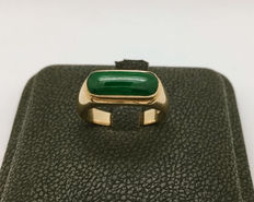 Ring in 18 kt gold with natural green Jadeite