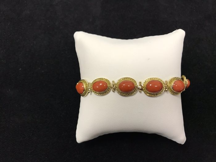 Bracelet in 18 kt yellow gold with 12 oval gems measuring 7.10 x 10 mm made of cabochon cut Sardinian coral