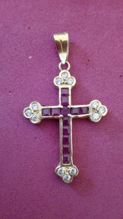 18 kt yellow gold cross, 2.36 g, with garnet in the centre and zirconias on the tips