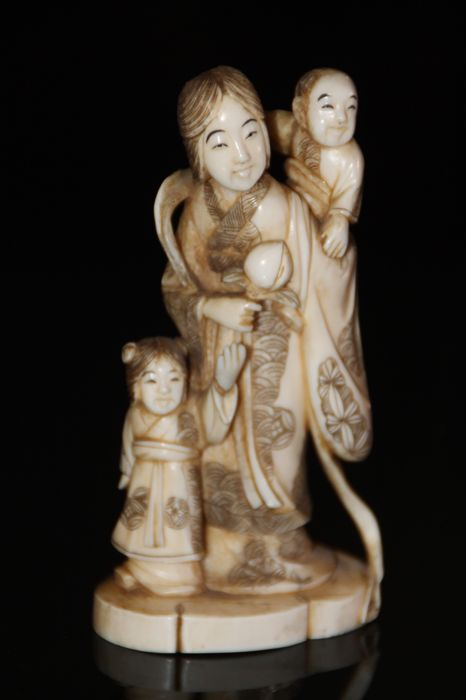 Red signed Tokyo School / stamped hand carved ivory okimono netsuke old woman with 2 kids - Japan - ca. 1900-1930