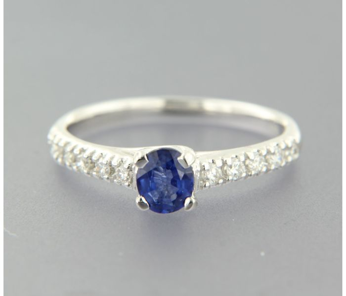 14 kt white gold ring with sapphire and 10 brilliant cut diamonds, ring size: 16.75 (53)