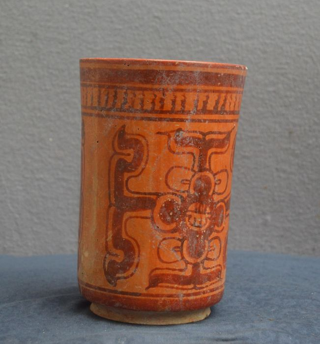 Pre colombian earthenware cylinder vase with symbols as for Decor traduction