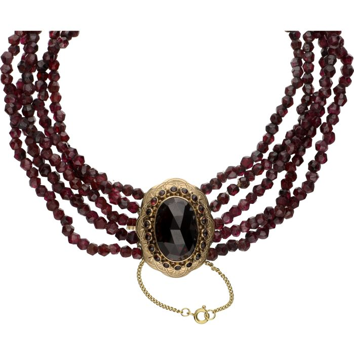9 kt (BLGG) - Five-strand garnet necklace with a 14 kt yellow gold box clasp set with faceted garnets - Length: 37.5 cm