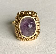 18 kt yellow gold and carved beetle amethyst, ring from the 19th century