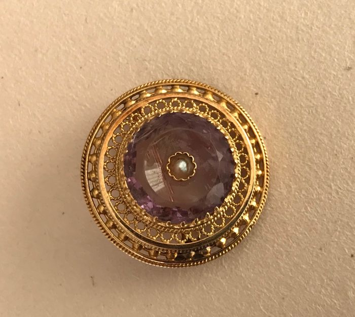 18 kt yellow gold with an amethyst, brooch from 19th century
