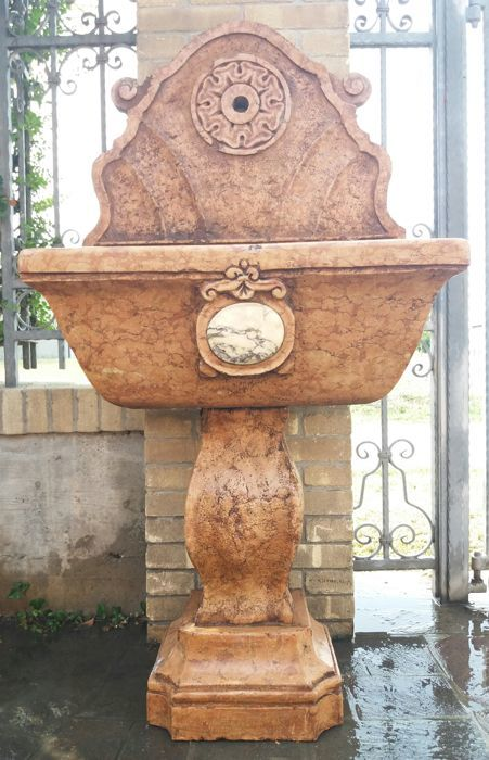 Beautiful shaped fountain in Verona Red marble, carved and inlaid - Italy - recent production