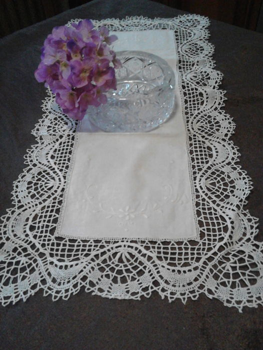 Elegant bobbin lace doilies + 12 organza doilies with flowers + round centrepiece + granny towels