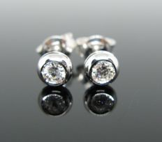 18 kt white gold, earrings, set with 2 diamonds round-cut ct 0,22 tot. +++ No reserve price+++ Weight 1,60 gr.