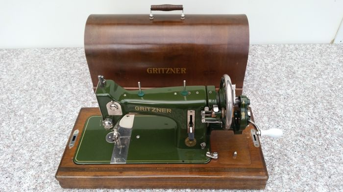 Unique antique Gritzner manual sewing machine - with a beautiful wooden case - and matching key - working - ca. 1900. 1950