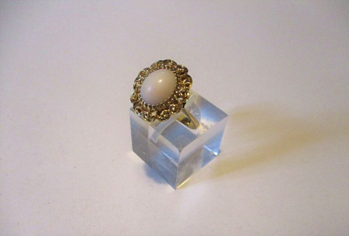 Gold ring (18 kt) with light pink coral. Size: 11