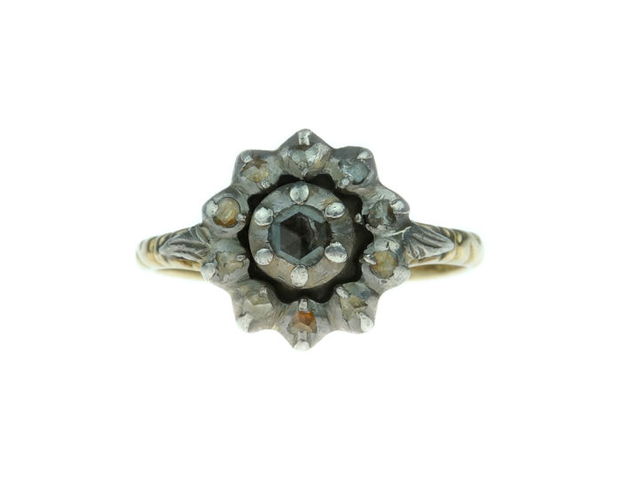 Victorian 14 kt gold rosette ring fully set with 11 rose cut diamonds - ring size 18.25