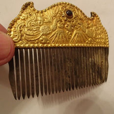 A gold and silver comb with 2 phoenix and gemstone decoration - 85 x 64 mm