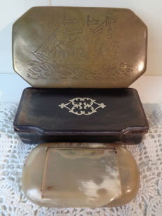 Collection of three snuff boxes in horn and copper - Indonesia and England - period 1930-1940