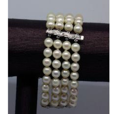 Bracelet with saltwater-cultured pearls