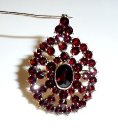 Large garnet pendant in solid 14 kt / 585 gold, set with approx. 6 ct of Bohemian garnets