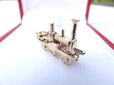 beautiful, hand-forged charm in 18 karat gold of a very early locomotive. Europe, 1st half 20th century.
