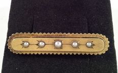 Antique yellow gold brooch with seed pearls