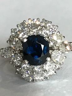 Handmade ring in 18 kt white gold with approx. 1.10 ct sapphire and 2.28 ct diamonds