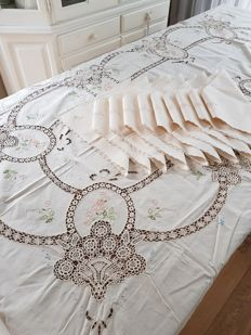 Stunning embroidered laced tablecloth with ten matching napkins. 255 x 165 cm. Reasonable shipping costs.