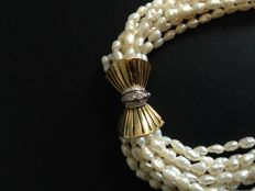 Pearl choker with 18 kt gold clasp and diamonds